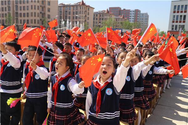 关天培小学:千名师生与国旗同框